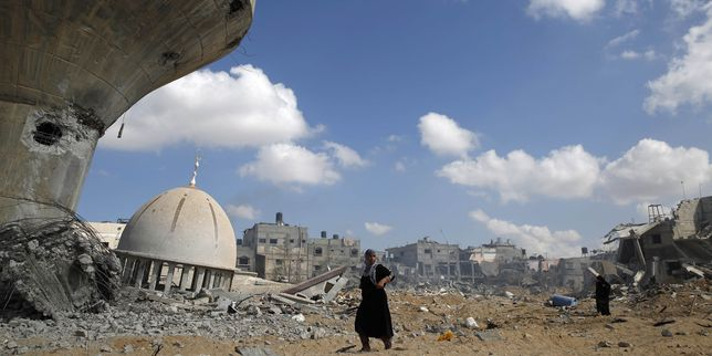 4466443_3_32a4_un-palestinien-se-tient-dans-les-decombres-de_20b3897dbe789d875e8ac9c4461bb5ad